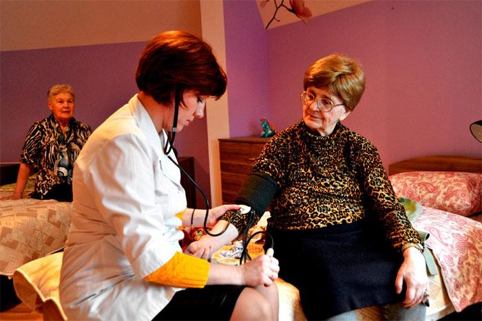 Уход за лежачим больным: как упростить себе задачу