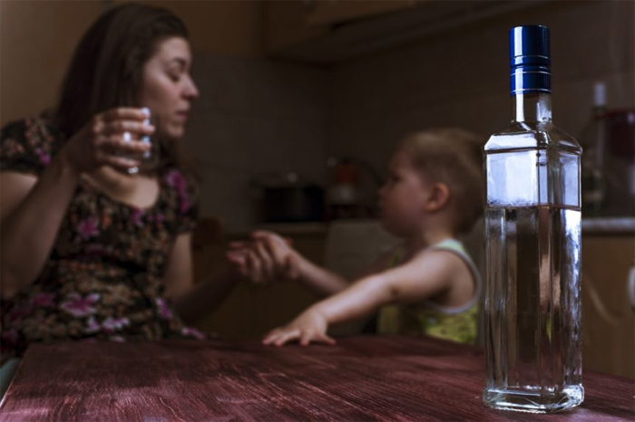 Почему поведение близких родственников важно при выводе из запоя?